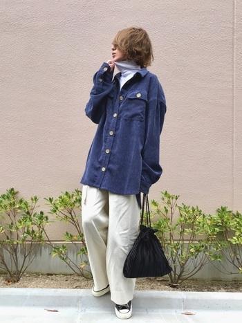 オーバーサイズのシャツも、コーデュロイ素材によって大人っぽく。 同じく季節感のあるベロア素材のバックを。素材感を上手に組み合わせたコーデです。