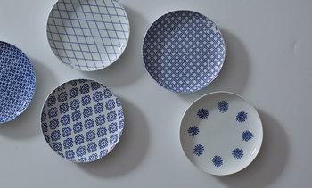 小皿や豆皿は用途がとても広いお皿。ちいさなおかずを盛りつけるのはもちろんのこと、取り皿や調理の際のお玉置き、味見皿などにも使えます。