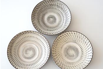 ベーシックな連続柄は初心者さんでも扱いやすい中皿の柄です。大柄のものよりもアレンジが簡単で、中央にお料理をぽんとのせれば、美しく決まります。