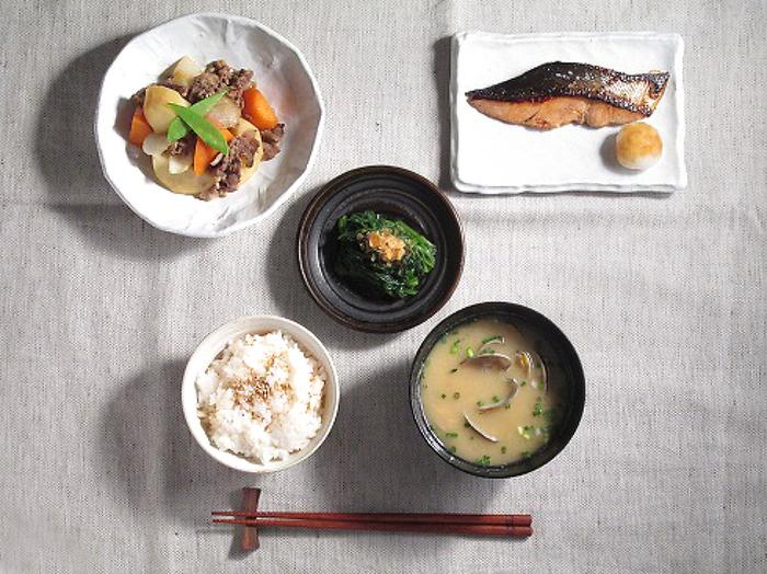 ベーシックな和食は一汁三菜。必要なうつわは、飯椀、汁椀、中皿、小皿や豆皿、そして小鉢の五種類です。手前左側に飯椀を置き、右側には汁椀を置きましょう。メインとなる主菜は右奥、煮物などの副菜は左奥、中央付近には和えものや香の物を置きます。