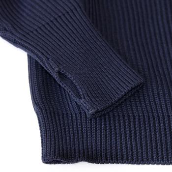 ウールはふんわりもこもことした厚みのある質感が特徴で、カシミヤほどお手入れに気を遣わなくていいという点も優れている点のひとつです。
