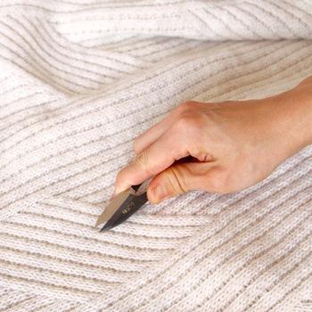 毛玉ができてしまったら、よく切れる小さめのハサミで注意深く切ってしまうのがよいでしょう。指で引っ張ったりせず、横から生地を見て、ニット本体を切らないように気を付けてカットしていきましょう。