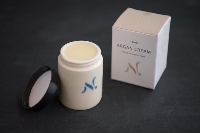 ビタミンEを多く含むアルガンオイルとミツロウだけで作られている「ナイアード」の自然派クリーム。スッと肌になじみ、肌の潤いを整えてくれます。乾燥が気になりだしたら、夜ケアの日課に。