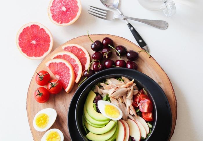血液の循環を良くして内側から輝いていけるように、栄養バランスにも配慮しましょう。抗酸化作用があるといわれるビタミンAやβカロチン、疲労回復に役立つビタミンB・Cや葉酸などが肌の健康を助ける栄養素です。