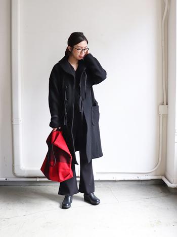 オールブラックのパンツコーデはパンツの丈やニットの襟元、そして小物使いが重要になります。首元がVネックなので重たく見えずスマートな印象ですね。