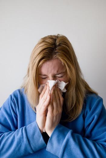 日本では人前で鼻をかむのは恥ずかしいとか汚いと思われるため、鼻をすすってその場をしのぐことはよくありますが、イギリスではその逆で鼻をすするのは下品とみなされ、鼻をかむ方がよしとされます。