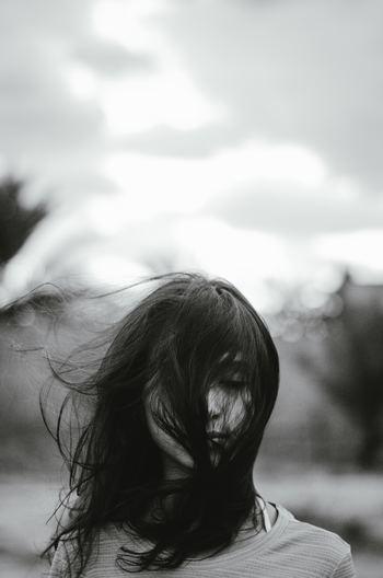 「わたしは出来が悪いから」「自分は何をやってもダメだから」こんなセルフイメージを抱くのはなぜでしょう。幼い頃、親に褒めてもらった経験が乏しかったり、「ダメな子ね」と否定的な言葉を受けたりしたことがあるかもしれません。これが原因で、自己肯定感を高められずにいるのです。