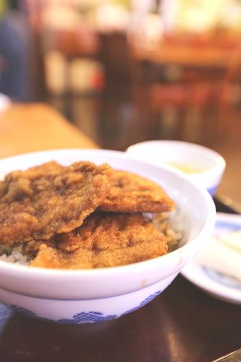 福井のB級グルメといえば「ソースかつ丼」。薄切りの豚肉に細かなパン粉を付けて揚げ、ウスターソースで味付けしてご飯にのせます。ソースの酸味がきいて、さっぱりと食べられます。「ヨーロッパ軒」が大正2年に開発して以来、福井市内を中心に福井県内で人気のメニューです。