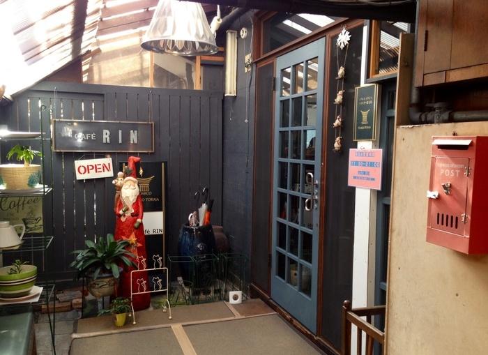 水戸の京成百貨店を少し過ぎたあたりの、ビルの一階にある「cafe RIN(カフェ リン)」です。お店の入口はこちらの青い扉。真っ赤なポストやカラフルな花瓶たちがかわいらしく、入口からポップな雰囲気が漂います。そして、季節感あるディスプレイも◎ 雑貨のチョイスにもセンスを感じます。