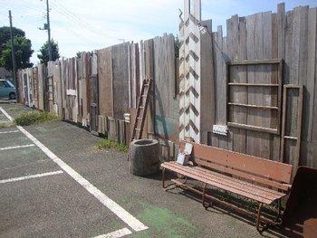 お店の目印は、駐車場にあるこちらの木片の壁。この壁を背景にして写真を撮るのもとっても素敵ですが、あくまでも駐車場なので周りの安全をよく確認してくださいね。