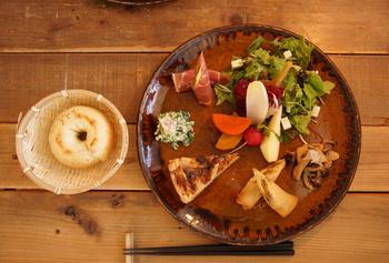 ちどりの料理には、必ず豆腐・おから・豆乳など大豆が必ず取り入れられていて、美味しいうえに体にとっても良いのです。 豆腐店にオリジナル豆腐の制作を依頼して新鮮な豆乳やおからを仕入れているそうですよ。プレートは、茨城が誇る笠間焼で、茨城への愛を感じるのも素敵なところ。 左側にある「ちどり生おからべーぐる」には刻印が入っていて、見た目もとってもかわいいです。