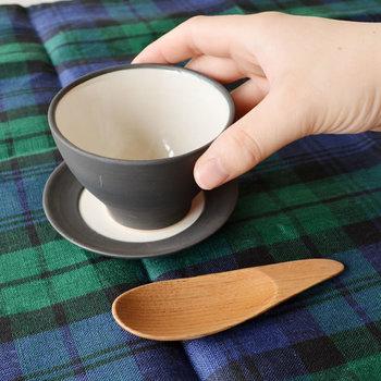 茶葉をすくうところから丁寧にお茶を淹れることで、より美味しい味わいになります。 「STUDIO'M」の天然木を使った茶さじは、大小二種類の大きさがあり、用途によって選べます。