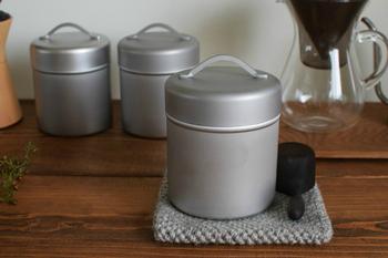 丈夫なステンレス、どんなインテリアにも馴染むシンプルなデザイン、傷の付きにくいマットな仕上げなど、普段使いに寄り添うこだわりの詰まった「缶」は、コーヒー豆や茶葉、お菓子入れなどマルチに使うことができます。 一つ一つ手間をかけて作られた工房アイザワのアイテムには、温かみを感じることができます。
