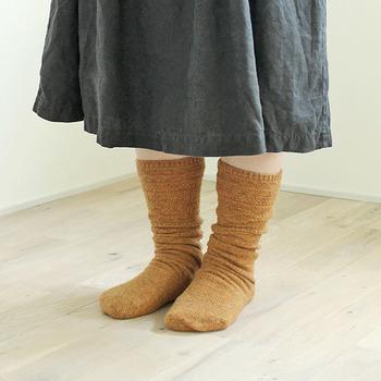 冷えとり靴下に差し色になるイエローを選べば、暗くなりがちな冬のスタイルに明るさをプラスできます。表情のある編み地も、ほっこりとかわいらしい印象です。 1・3枚目はシルク、2・4枚目はウールを使用しているので、暖かさも抜群です。