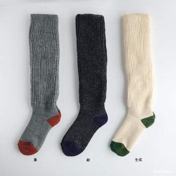 重ね履きが苦手な人は、保温性の高い素材の靴下がおすすめ。ふんわりとしたアンゴラの柔らかな質感は、スタイルにさりげなく季節感を演出してくれます。 ロングスカートやパンツスタイルのときにおすすめ。