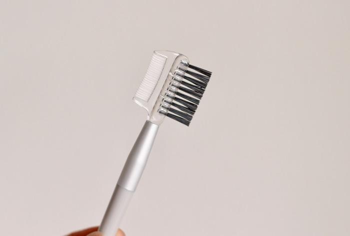 眉ブラシで眉毛の流れを整えるときのポイントは、眉頭の毛は上方法へ向かってそれ以外の毛は横へ向かって整えていきます。ブラシを使って毛流れを整え、眉のラインから飛び出ている不要な毛をチェックしましょう。長い毛や、不要な毛をカットして長さを整えるだけでも、すっきりとした印象になります。