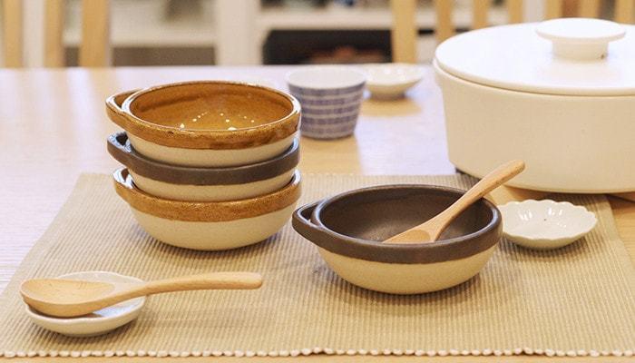 """鍋パーティーをする際は、取り皿ではなく小鉢が必要です。定番は取っ手の付いた""""とんすい""""。ただ、とんすいだと出番はお鍋の時だけなので、他の料理にも使える物を選ぶと◎。直火やオーブンもOKな物なら、グラタン皿としても活用できるので、おもてなし料理の幅も広がります。"""