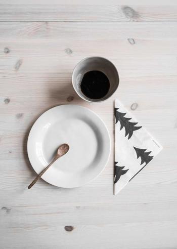 お家でのティータイムにペーパーナプキンを使うことはあまりありませんよね。  でも、お皿の上に敷いたり、カトラリー置き場として添えたりするだけで、ぐんと雰囲気が素敵になります。  スウェーデンのブランド「FINE LITTLE DAY」のかわいらしいペーパーナプキンは33cm×33cmと大きめサイズなので、お菓子タイムはもちろんディナーにも活躍します。