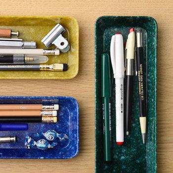 カラフルなトレイは、よく使う文房具を入れてさりげなく飾って置くだけでデスクの上で素敵に◎ ポップでどこか懐かしさがある「HIGHTIDE」のトレイは、長細いものや小ぶりなものなど4つのサイズから選ぶことができます。