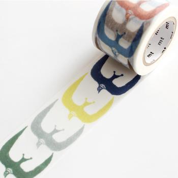 こちらの美しい色合いが素敵なマスキングテープは、「mt(カモ井加工紙)」と「mina perhonen(ミナ・ペルホネン)」のコラボレーションアイテム。手帳やノートなど、シンプルなデザインのものと相性がいいマスキングテープです。