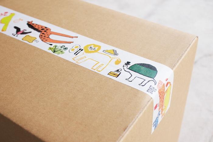 トラネコボンボンさんが描いた動物モチーフのクラフトテープは、宅配便などでも使うことができ遠方への贈り物にも◎ ライオン・シマウマ・キリンなどのアフリカ動物たちのイラストにほっこりします。