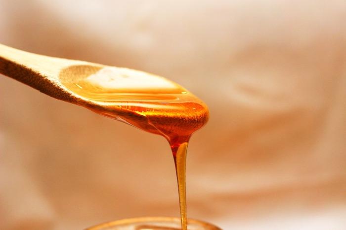 水分を補った後は、保湿作用のある物でダメージをケアしましょう。リップケアとしてもよく知られている「はちみつ」には、消炎効果も期待できます。水分を含ませ、必要に応じてピーリングしたくちびるに塗って、しばらくラップを当てて保湿します。