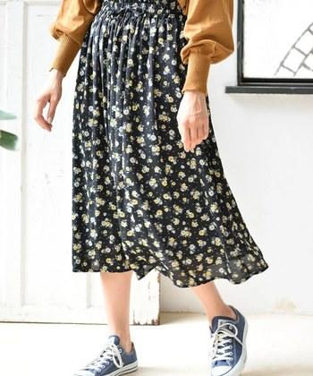 Gパンやチノスカートの代わりに花柄スカートを使って、レトロかわいい印象に。好みの花柄が見つかれば、ぐっとコーデの幅が広がります。