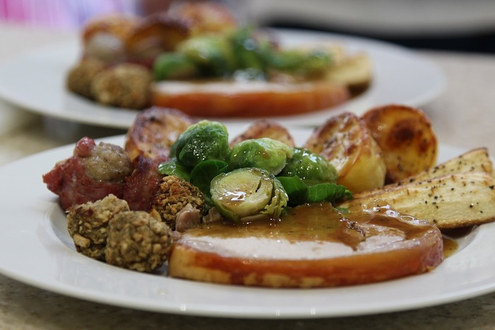 イベントでの食事が増えがちな年末年始に限らず、冬の食べ物はお料理もスイーツも油分多めでこってりした物が多くなります。胃腸に負担がかかって熱を持つと、それがくちびるの荒れの原因にもなる事も。