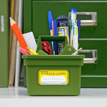 ペンやはさみ、定規などの文房具は、形や大きさがバラバラなのでまとめて整理しにくいですよね。  「PENCO(ペンコ)」のストレージキャディは、持ち手がついているので、使用する場所にさっと持ち運ぶことができて便利。カラフルな色が揃っているので、インテリアに合あわせて選べます。