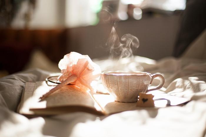 湿度が低い冬は、加湿器を使っていても乾燥ぎみになります。くちびるだけでなく全身の細胞にお水をあげるつもりで、ノンカフェインのお茶や白湯などを飲んでみましょう。特に白湯は全身の乾燥が気になる時におすすめです。