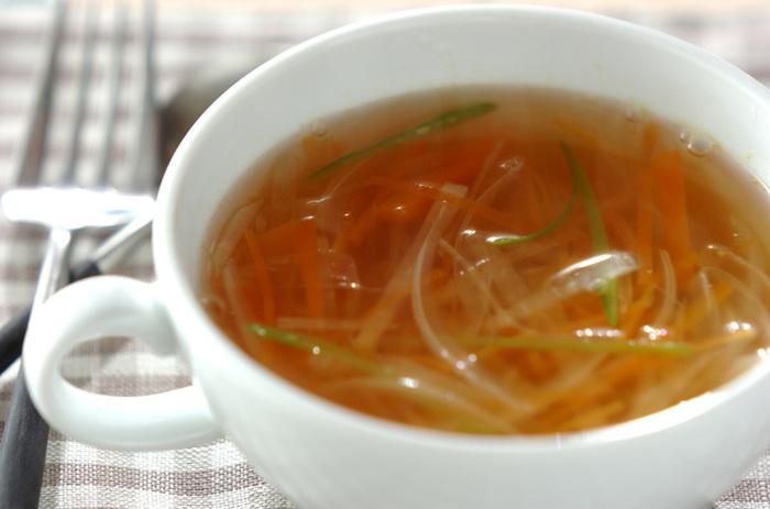 便秘気味でお腹が熱っぽい時は、あたたかい野菜スープで腸内環境を整えてみても。乳製品を使うポタージュよりシンプルなコンソメやすまし汁タイプのレシピがより効果的です。
