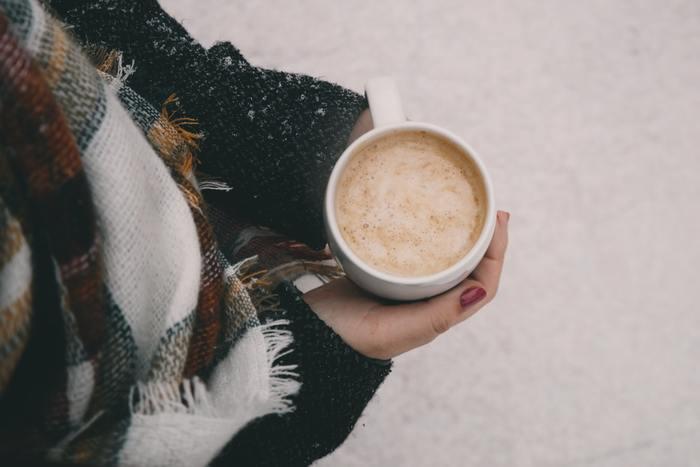 温かい飲み物の効用は水分補給以外にも。体を温める事で、くちびるの血色を良くする効果も期待できます。