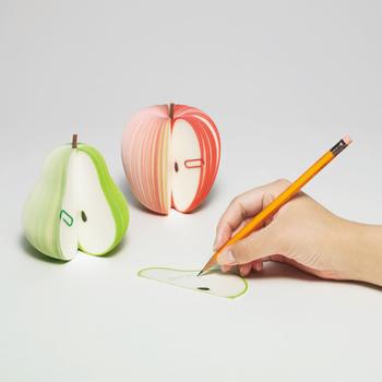 メモは、伝言やTO DOリストなど、何かと使用するアイテム。 ユニークにとんだかわいらしいメモ用紙を使うことでちょっぴり贅沢な気分になれます。  なんでもない「メモを取る行為」も、「D-BROS」のインテリア性がありユニークなメモ用紙は、少しハッピーにしてくれます。 洋ナシとりんごの2種類。よく見ると芯の部分に本物の枝が付いるんです。
