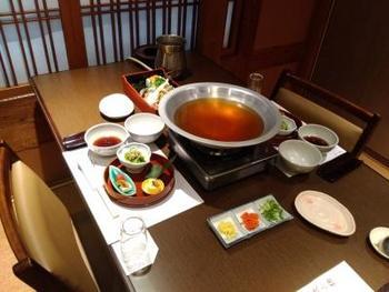 """にし家発祥の""""うどんちり""""は、こだわりの出汁でいただくお鍋。静かで落ち着いた空間の個室で、お昼からお鍋を食べるのも粋ですよね。"""