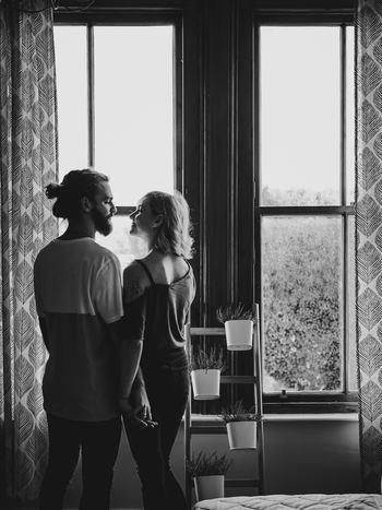 夫婦、恋人…などのパートナーは、好きという感情からスタートしたお付き合いなので、うまくいっているときはとても波長が合うけれど、そうでない場合には最悪の雰囲気になることもありますね。結婚しているのかいないのかでも変わってきますが、恋人の段階であれば解決できることでも、夫婦となると簡単に最終決意もできません。夫婦円満にやっていくためには、近い関係だからこそのルールが必要になってくるでしょう。  パートナーと仲良くやっていくためにはどうしたらいいでしょうか?