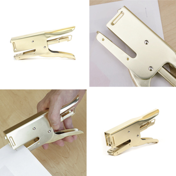 ユニークなステープラーは犬の顔がモチーフ。厚みのある書類も、がぶりとかみついてしっかりと固定してくれます。真鍮メッキのデザインがおしゃれですね。