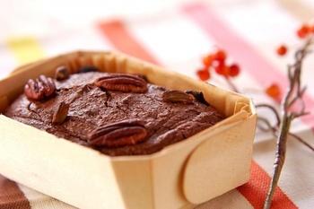 こちらは、ビターチョコのほろ苦い味わいが楽しめるパウンドケーキのレシピ。アーモンドプードル入りでリッチな風味も加わっています。トッピングをお好みのナッツなどでアレンジするのも良いですね♪