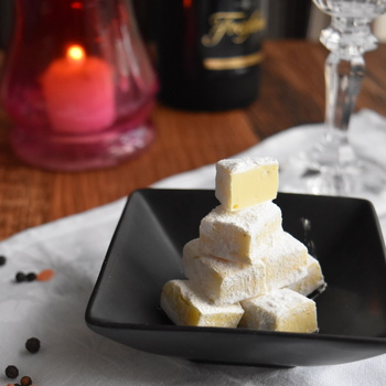 ビターチョコやお酒を使う以外には、スパイスや塩を効かせる変わり種の味わいもおすすめです。こちらはホワイトチョコレートですが、岩塩で甘さを抑えて、黒コショウでパンチを効かせているのがポイント。お酒のおつまみにも◎