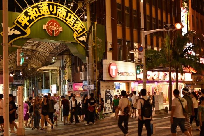 国際通りから平和通りに入ることができますが、こちらの通りも国際通り同様に観光土産品や地元のお菓子類が並ぶ濃厚なアーケード商店街です。年中観光客の方が多くにぎわいをみせています。