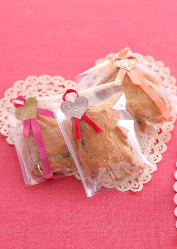 こちらはユニークな作り方のスイーツレシピ。チョコレートを生地にくぐらせてから焼きます。しっかり冷めるのを待ってから、クッキングシートを外しましょう。  ラッピングの袋自体はシンプルでも、シールやリボンなどを飾ると一気にプレゼントらしくなります。箔押しなど、シール選びにこだわるのもまた楽しいですよ♪