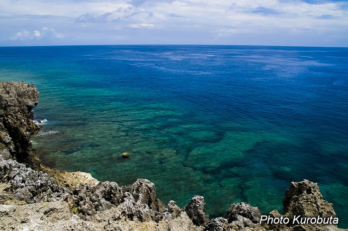 沖縄本島の最北端にある「辺戸岬(へどみさき)」。那覇空港から車で高速道路を使っても2時間以上かかる場所なので、沖縄の最北端なのだと実感するのでは。断崖絶壁に荒波が打ちうつける様子は圧巻で迫力がありますが、どこまでも続く水平線は絶景そのもの。ドライブがお好きな方は、ぜひロングドライブを楽しみながら、辺戸岬まで足を伸ばしてみませんか?