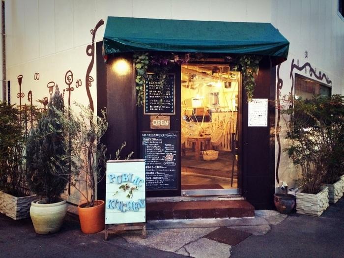 ノスタルジックな世界観が魅力の「PUBLIC KITCHEN cafe(パブリックキッチンカフェ)」。扉を開けると、楽しい空間が広がります。