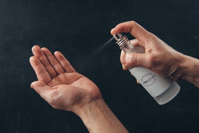 ファンデを塗った後に、仕上げに化粧水のミストでお肌への密着感を上げると、崩れにくい肌づくりができます。