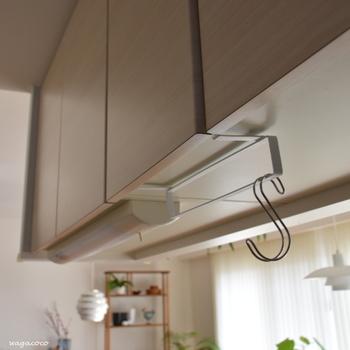 こちらは、吊り戸棚の下などに設置するワイヤーフリーバー。ふきんを乾かしたり、いろいろな使い方ができます。