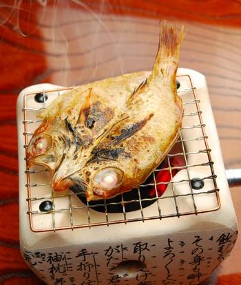 魚は釣った直後より、時間が経った方が、アミノ酸やイノシン酸という旨味成分が増え、おいしくなります。  そのことを踏まえると、干物が美味しいのはお墨付きですよね。干すことでその旨味成分が熟成され、さらに水分量が少なくなることで旨味がより凝縮されます。そのため干物は、素材そのものの美味しさに満ちた食材なのです。  そして、魚に含まれる栄養成、EPAやDHA、タンパク質ももちろん摂取できます。ぜひ食卓に並べたいですね。