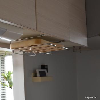 まな板を乾かすだけでなく、そのまま収納しておくなら、こんなまな板ラックもおすすめ。吊り戸棚の下に取り付けるものですので、邪魔にならず、使っていないスペースを有効に活用できます。