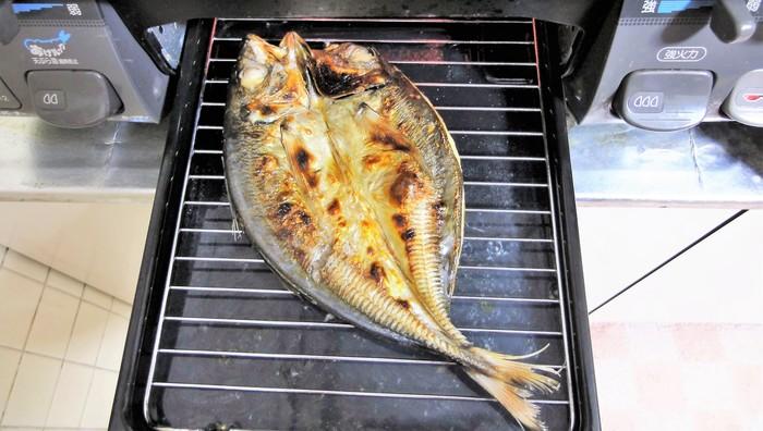 開き干しの場合は、魚の身がある方から焼いていきます。  そのためグリルで焼く場合(上火の場合)は、皮を下にして焼きます。はじめに、網に身がくっつきにくくなるように、網には油、網側の魚の面(皮)には酢を塗るとよいでしょう。酢のニオイは特に残らず、皮がぱりっとさせる効果も◎ 酢が無い場合は、オリーブオイルで代用しても、風味よく仕上がります。   焼き始めて身が白っぽくなり、だんだん焼き色がついたら、ひっくり返して皮の方を焼きましょう。火加減は中火から徐々に弱火にして、焦げないようにご注意を。  それぞれの面の焼き時間の割合は「身:7」対「皮:3」が目安です。また焼き過ぎると旨味が流れ出し、身もパサついてしまうので、焼き色をチェックしながら火を止めましょう。