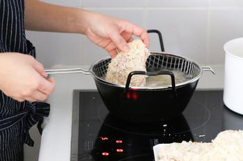 あとは、通常のように小麦粉、卵、パン粉をまぶして揚げていきます。揚げ油は、とんかつの厚さの2倍以上あるとサクッと揚がります。