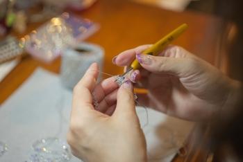 ワイヤーを編むクロッシェを行うとなれば、専用のかぎ針が必要です。