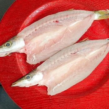 【干物を冷凍するときは】  冷蔵の状態で買ってきた場合は、5日を目安に食べきるのがよいですが、難しい場合は早めに冷凍するのがおすすめです。  冷凍するなら、1か月ほど保存可能です。この期間中なら、比較的美味しさもキープできます。  また、おいしく冷凍保存するために大切なことは、魚の油の酸化を防ぐこと。ぴったりとラップをして、魚を空気に触れさせないように包み、フリーザーバッグなどに入れて冷凍するのが良いでしょう。